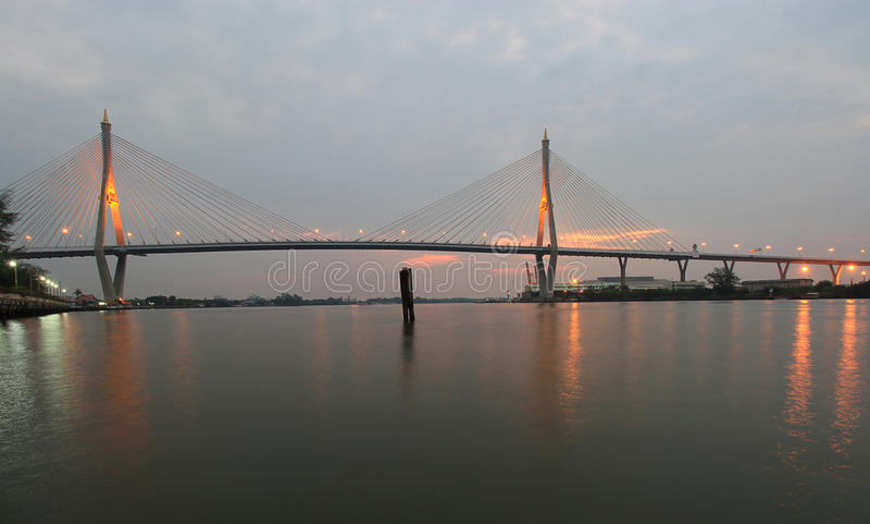 Nachtszene Bhumibol-Brücke, Bangkok, Thailand lizenzfreies stockfoto