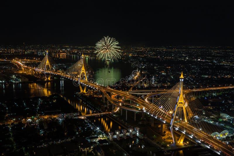 Nachtszene an Bhumibol-Brücke mit Feuerwerken lizenzfreie stockfotos