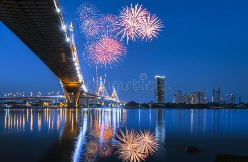 Nachtszene Bhumibol-Brücke mit Feuerwerken, Bangkok, Thailand lizenzfreie stockfotos