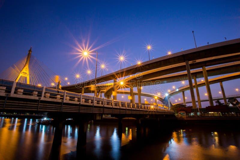 Nachtszene Bhumibol-Brücke, Thailand stockfoto