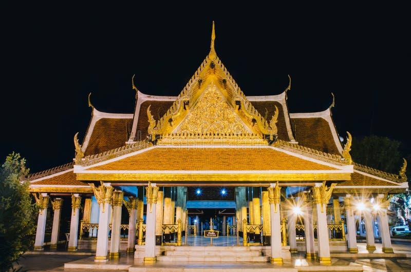 Nachtszene buddhistischen Tempels Loha Prasat Wat Ratchanatdaram Woravihara gelegen in Bezirk Phra Nakhon, Bangkok, Thailand stockbild