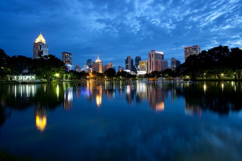 Nachtszene der Bangkok-Skyline stockfotografie