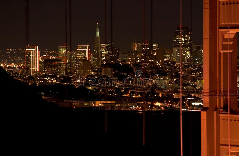 Nachtszene der Francisco-Skyline und Br5ucke lizenzfreie stockbilder