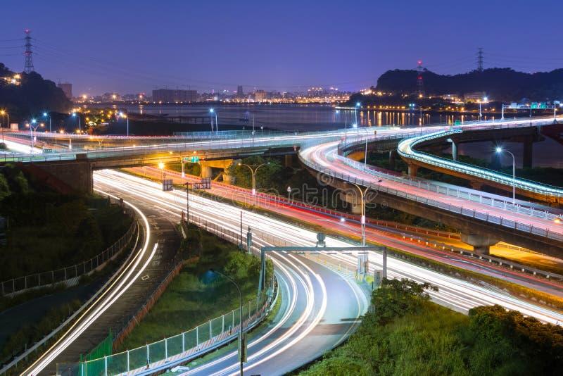 Nachtszene des Autolichtes lizenzfreies stockfoto