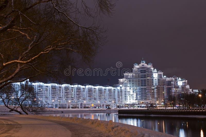 Nachtszene des Dreiheitshügels, im Stadtzentrum gelegenes Nemiga, Nyamiha, Weißrussland Nächtliche Landschaft Minsk-Stadt mit Ref lizenzfreies stockfoto
