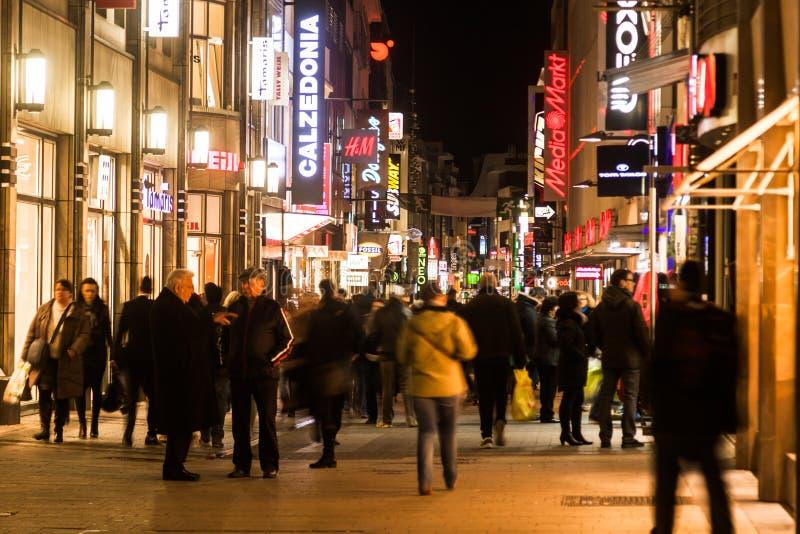 Nachtszene des Hohe Straße in Köln stockbild