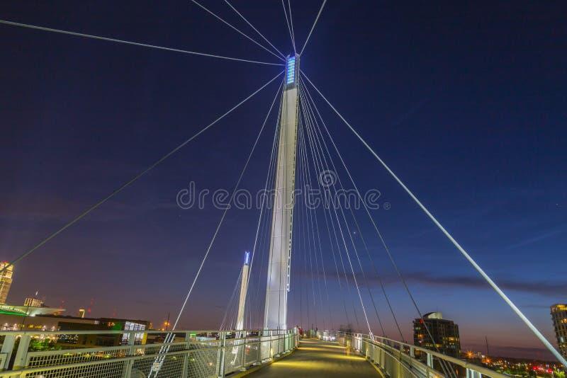 Nachtszene des Omaha Kerry-Hängebrücketurms mit Suspendierung verkabelt mit schönen Himmelfarben gleich nach Sonnenuntergang lizenzfreies stockfoto