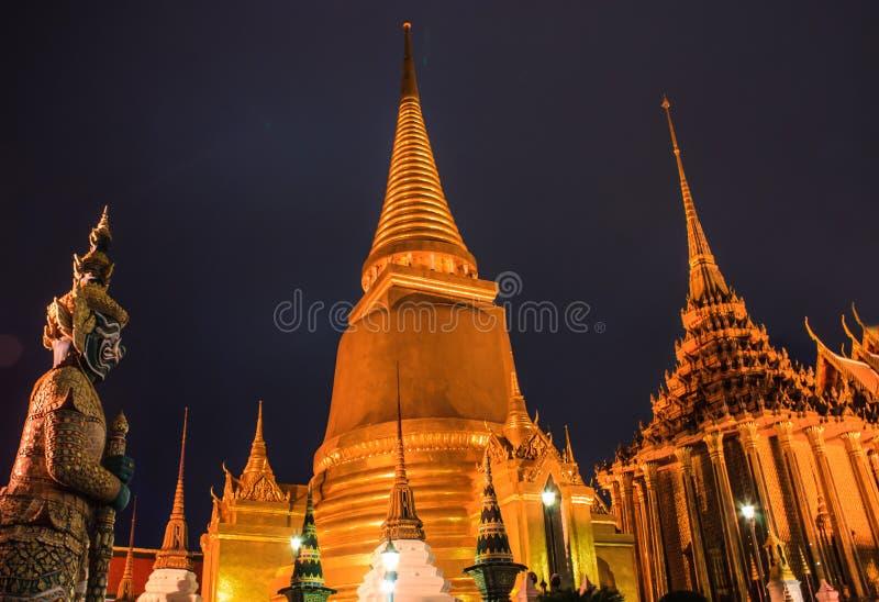 Nachtszene Emerald Buddha Temples oder des Wat Phra Kaews mit Pagoden von der großartigen Palast-Ansicht, Bangkok, Hauptstadt von lizenzfreies stockfoto