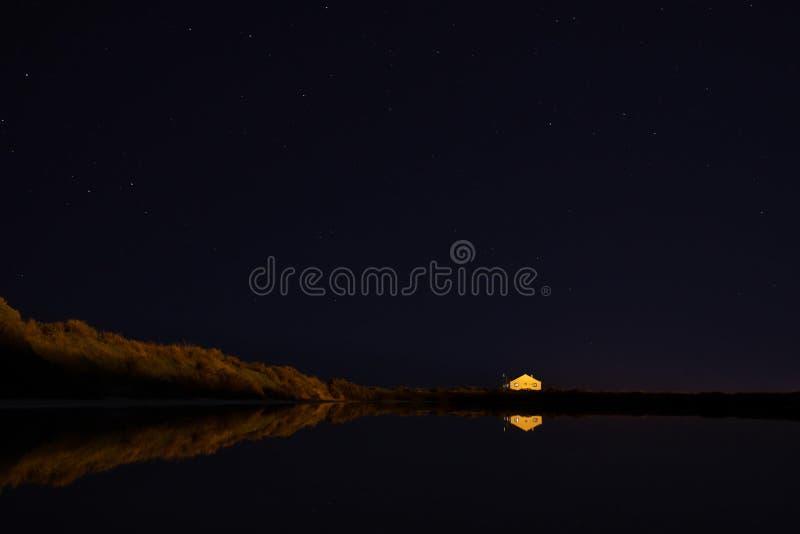 Nachtszene an Faro-Flughafen mit Reflexionen lizenzfreies stockfoto