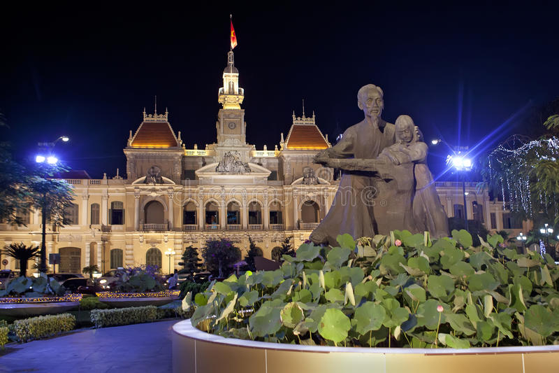 Nachtszene Ho Chi Minh City Halls.  Vietnam lizenzfreies stockfoto