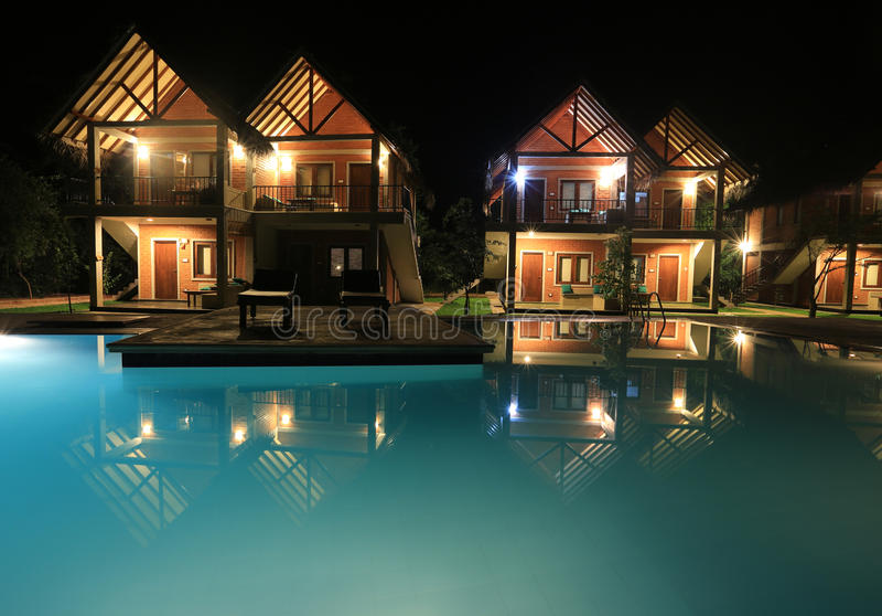 Nachtszene mit Swimmingpool und Häusern lizenzfreies stockbild