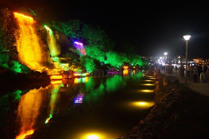 Nachtszene von belichteten Wasserfällen stockfotos