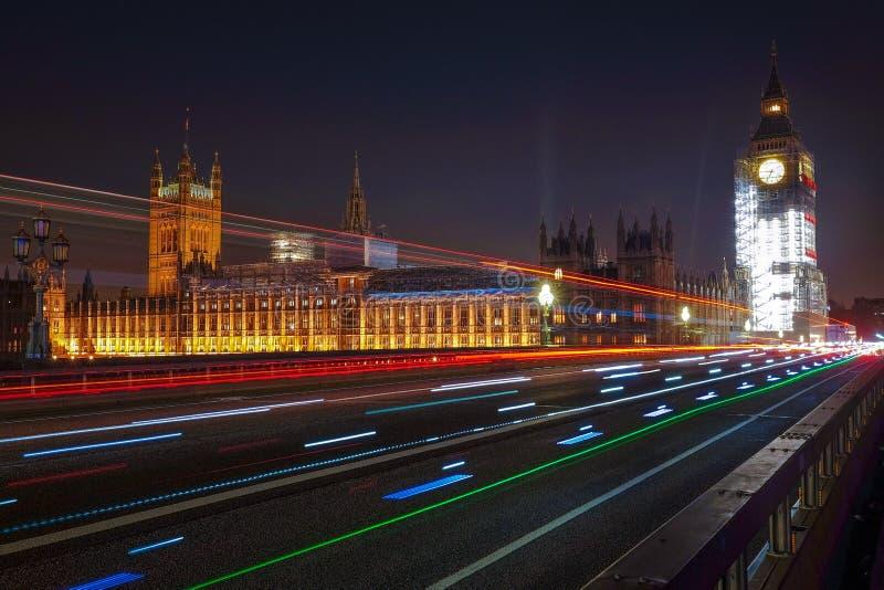 Nachtszene von Big Ben und von Parlamentsgebäude in London stockfotos
