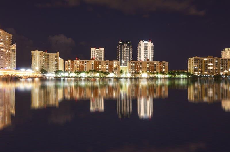 Nachtszene von Miami-Skylinen mit Reflexionen im Kanal stockfoto