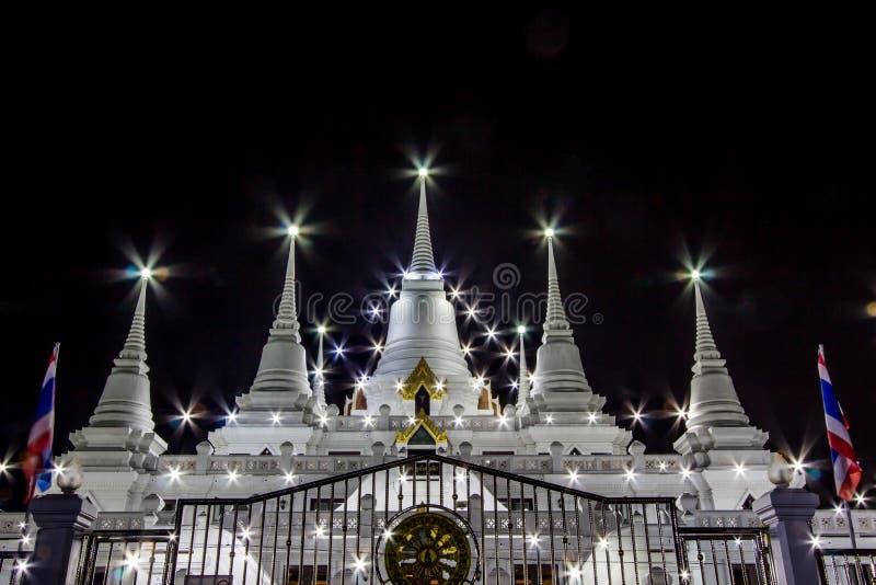 Nachtszene von Phra Thutangkha Chedi in Asokaram-Tempel, Samut- Prakanprovinz, Thailand lizenzfreie stockfotografie
