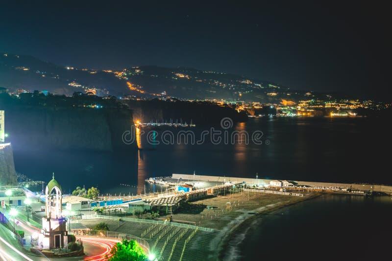 Nachtszene von Sorrent, der Pier mit vielen Yachten, eine Ecke des Stadtbilds auf einer Sommernacht, Amalfi-K?ste, Italien lizenzfreie stockfotos