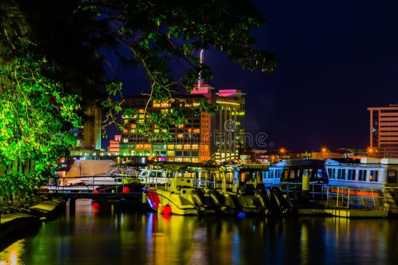 Nachtszenen-Bootsanker auf Victoria-Insel Nebenfluss mit fünf Kaurischnecken stockfotos