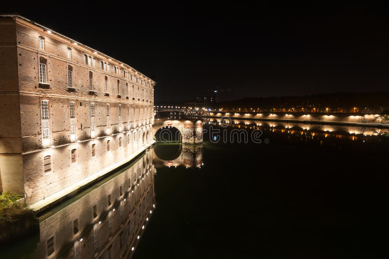 Nachtszenen von Toulouse-Architektur, -brücken und -straßen stockfoto