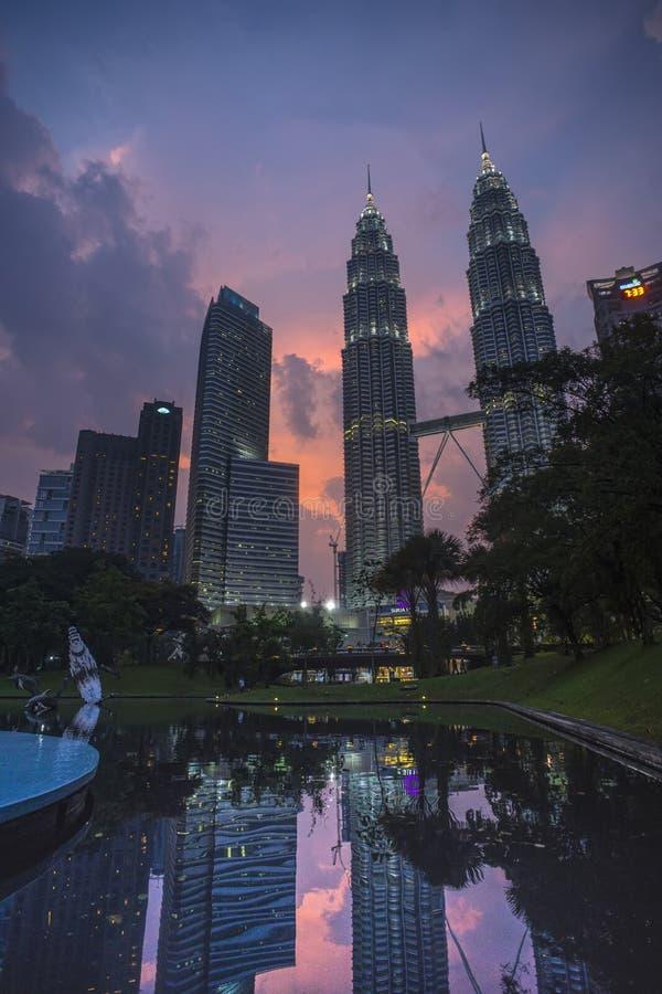 Nachtszenen von Twin Towern oder von Petronas-Türmen in Kuala Lumpur, Malaysia stockfotografie