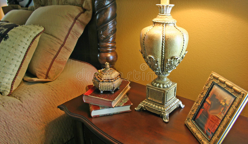 Nachttisch und Lampe stockfotografie