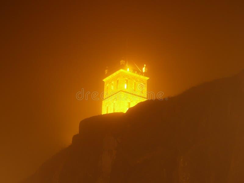 Nachttoren in de mist stock afbeelding