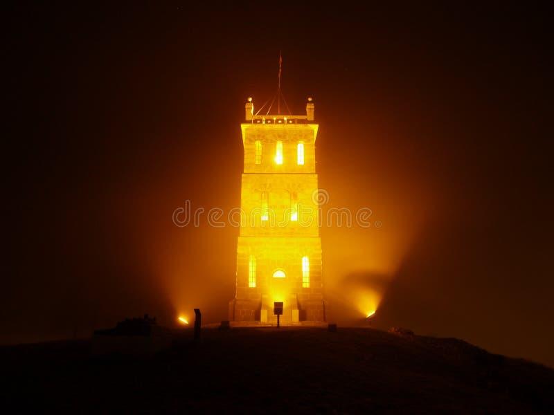 Nachttoren in de mist stock afbeeldingen
