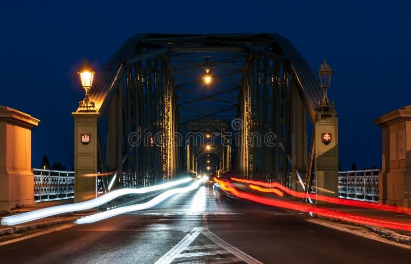 Nachtverkeer op de brug die twee landen, Slowakije a verbinden stock afbeelding