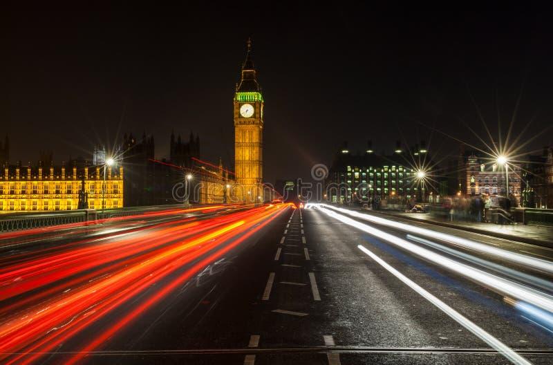 Nachtverkehr auf Westminster-Brücke durch Big Ben, London, England lizenzfreie stockbilder