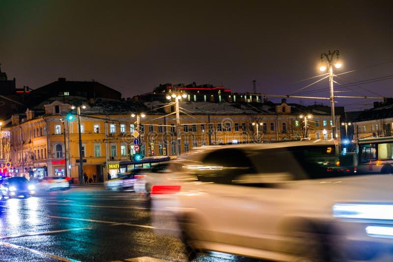 Nachtverkehr in der Hauptstadt auf der Hochgeschwindigkeitslandstraße Große Stadt-Leuchten Zentraler Bezirk stockbild