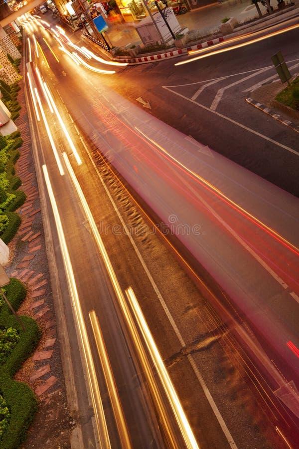 Nachtverkehr in der Stadt stockfotografie