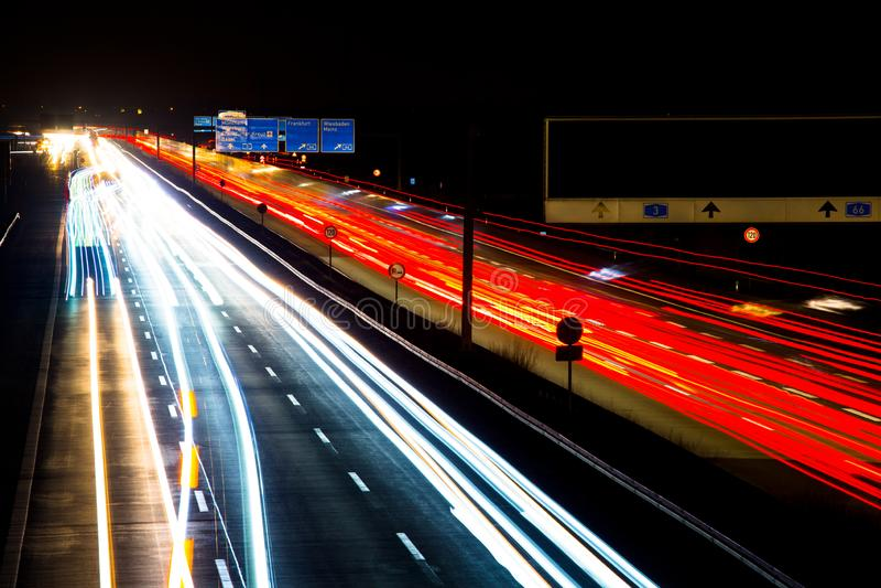 Nachtverkehr schleppt Bewegungsunschärfelandstraße stockfoto