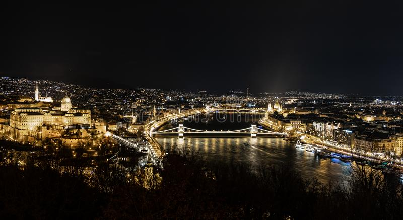 Nachtvogelperspektive von Budapest - Hauptstadt von Ungarn lizenzfreie stockfotos
