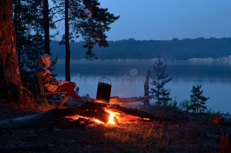 Nachtvuur op de rivier royalty-vrije stock foto's