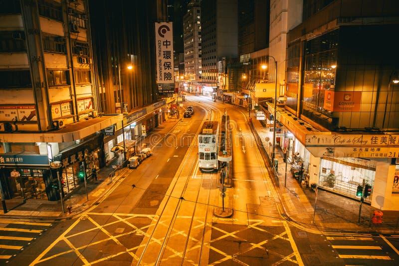 Nachtweg bij de Centrale mening van de de stadsstraat van districtshong kong met tram openbaar vervoer in traditionele stijl royalty-vrije stock fotografie