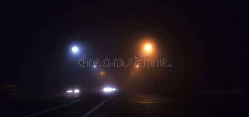 Nachtweg, lichten, verkeerslichten, mist donker stock foto's