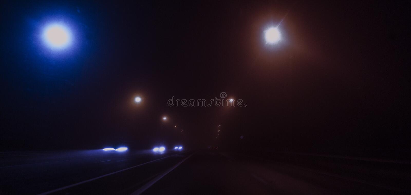 Nachtweg, lichten, verkeerslichten, mist donker royalty-vrije stock fotografie