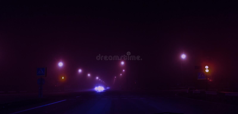 Nachtweg, lichten, verkeerslichten, mist donker stock afbeeldingen