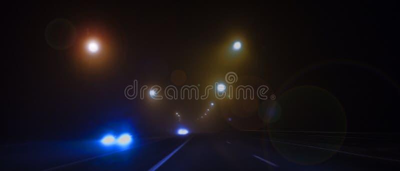 Nachtweg, lichten, verkeerslichten, mist donker royalty-vrije stock foto's