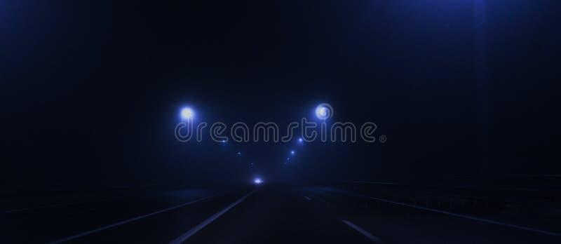 Nachtweg, lichten, verkeerslichten, mist donker stock fotografie