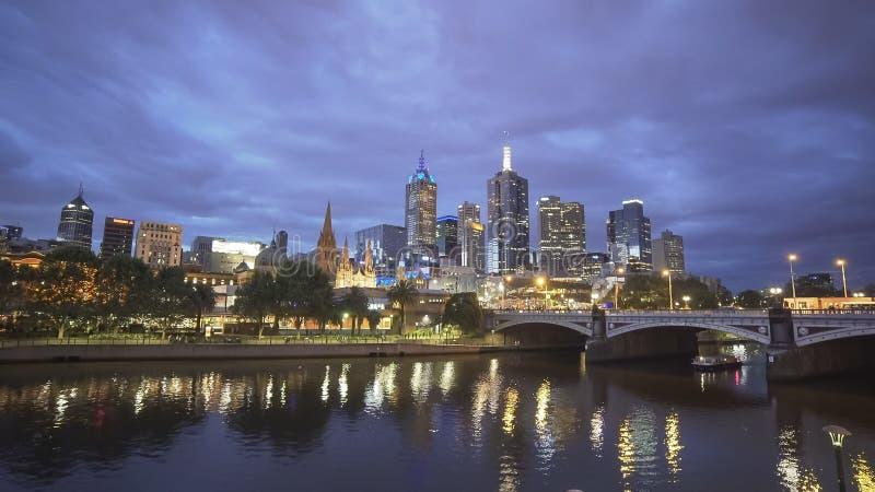 Nachtweitwinkelansicht von yarra Fluss und von Stadt von Melbourne lizenzfreie stockfotos