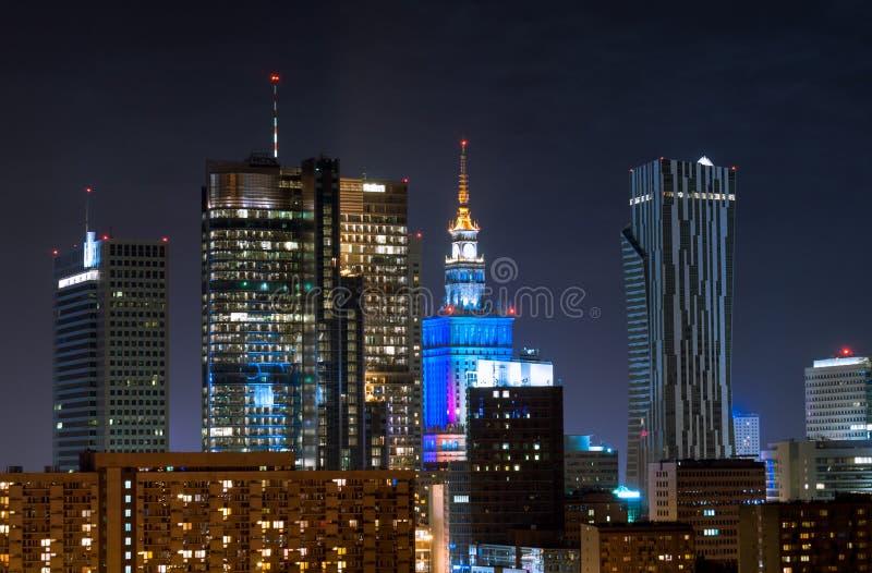 Nachtwolkenkratzer in Warschau stockbilder