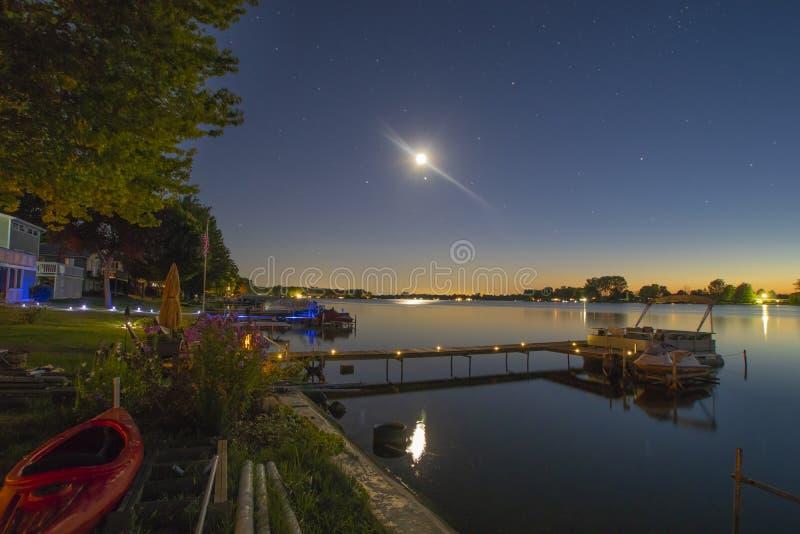 Nachtzeit auf dem See in den Sommerferien lizenzfreie stockfotografie