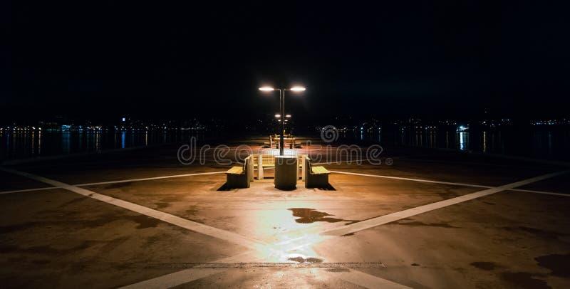 Nachtzeit auf einem einsamen Pier in Halifax, Nova Scotia Halifax-Stadtlichter über dem Hafen lizenzfreies stockbild