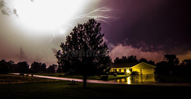 Nachtzeit-Blitz lizenzfreies stockbild