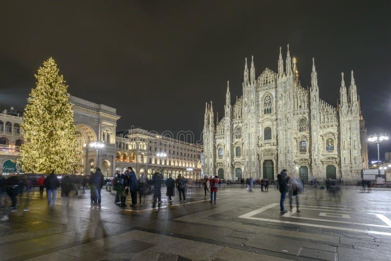 Nachtzeit am Duomoquadrat mit Weihnachtsbaum an lizenzfreie stockfotos