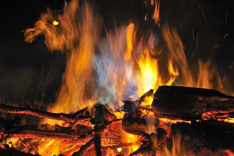 Nachtzeit, Lagerfeuer lizenzfreie stockfotos