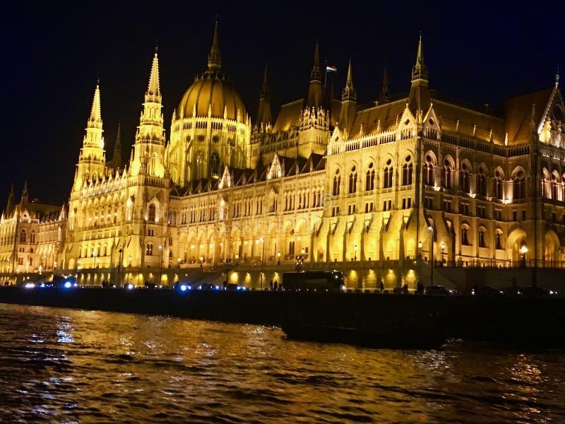Nachtzeitansicht des ungarischen Parlaments stockbild