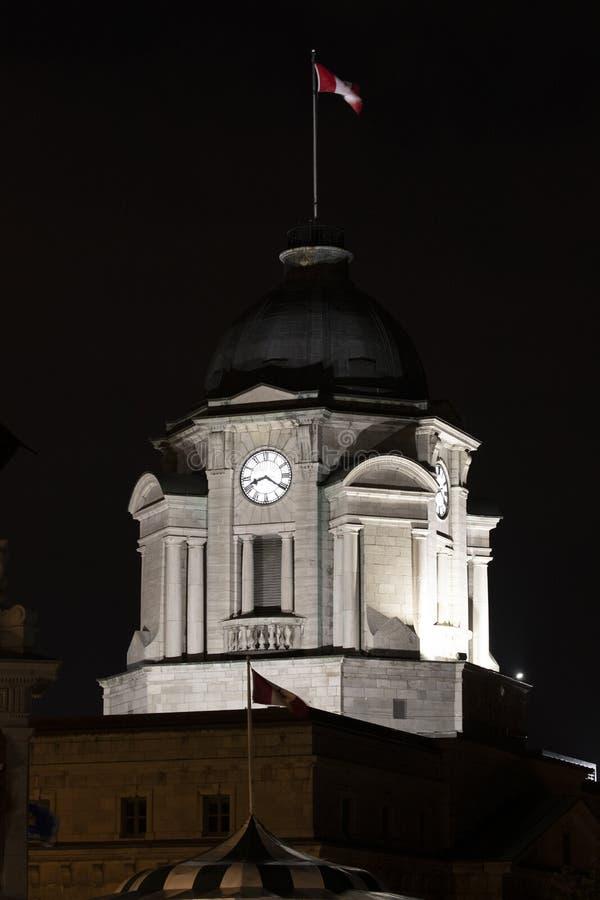 Nachtzeitbild des Parlamentsgebäudes mit kanadischer Flagge auf die Oberseite in Québec-Stadt stockbild
