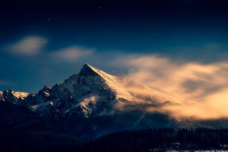 Nachtzeitlandschaftsansicht der Bergspitze Krivan mit Mondschein, hohes Tatras, Slowakei stockfotografie