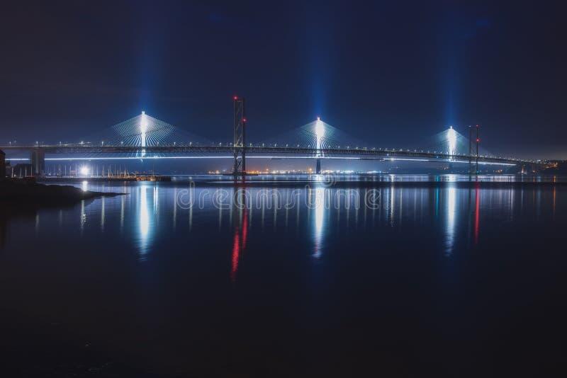 Nachtzicht van twee bruggen over de zeebaai royalty-vrije stock afbeelding